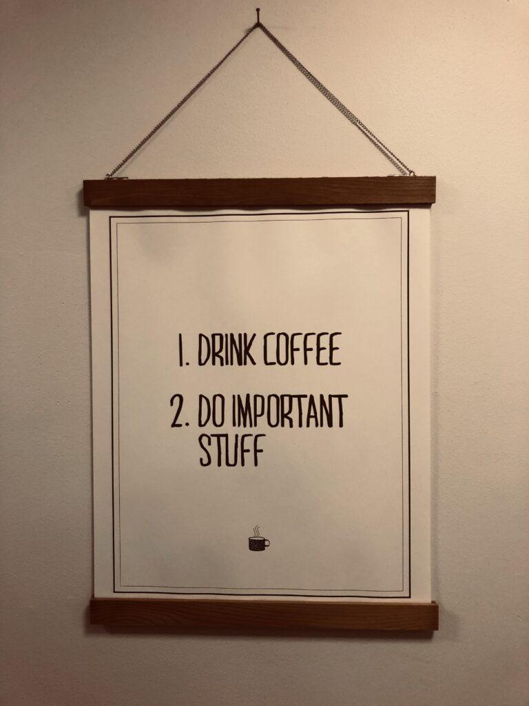 kansliet dricker kaffe och funderar på världen